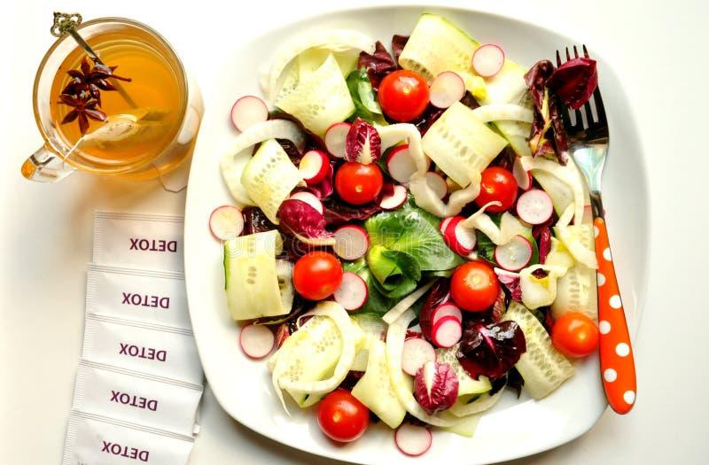 戒毒所饮食用素食主义者沙拉和清凉茶 免版税库存照片