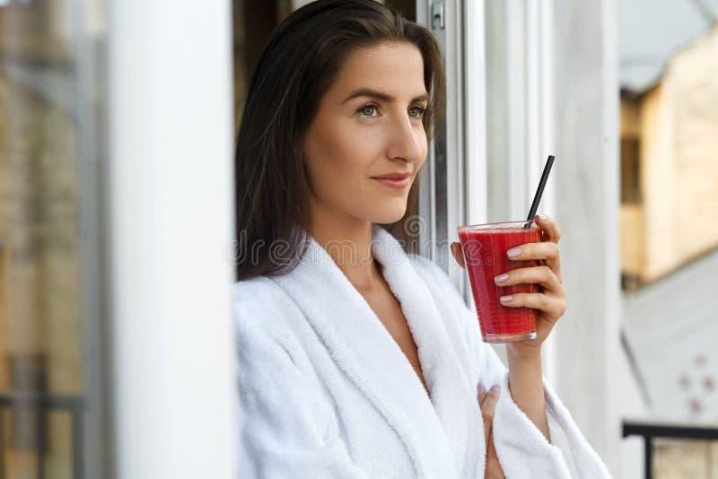 戒毒所饮食 喝新鲜的汁液的健康妇女在早晨 免版税图库摄影