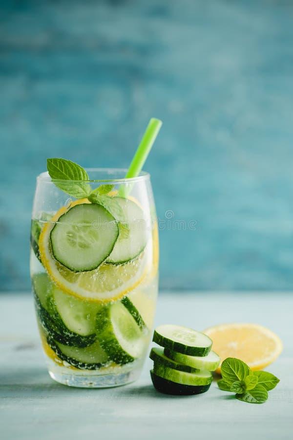 戒毒所水或黄瓜和柠檬被灌输的水  免版税库存图片