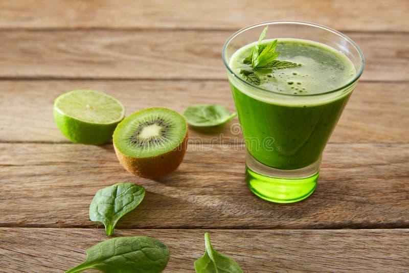 戒毒所绿色汁液洗涤的食谱 库存图片