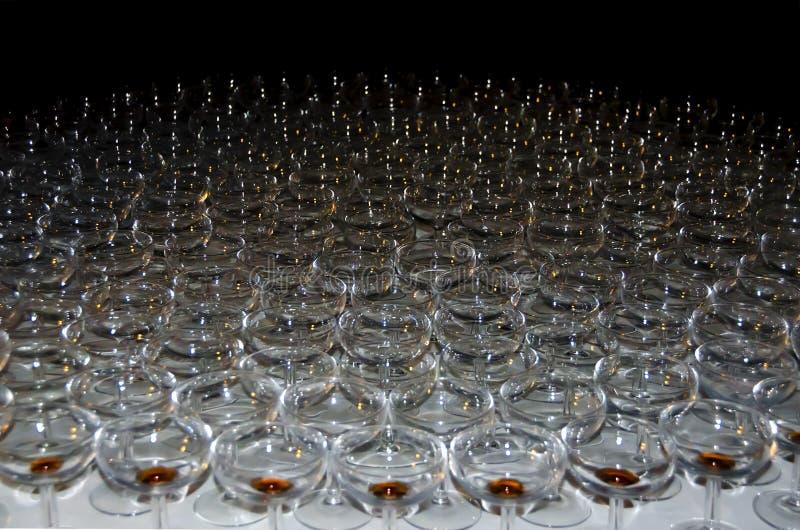 或酒安置了小组香槟的平面镜  库存图片