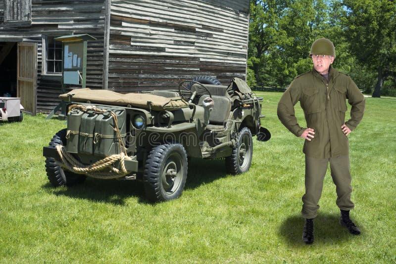 战争、军事陆军将校和减速火箭的吉普车 免版税库存照片