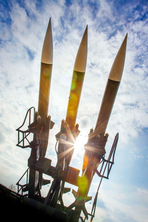 战争和武器-军队火炮-作战地空弹道 库存照片