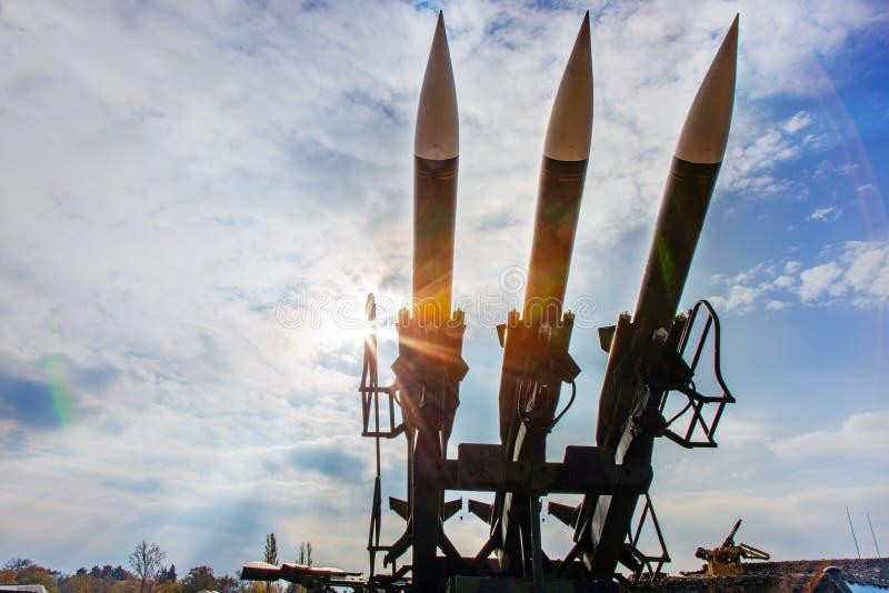 战争和武器-军队火炮-作战地空弹道 免版税库存照片