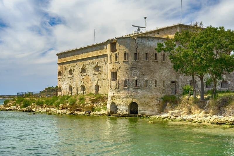 战争堡垒损坏的老在黑海海岸沿海迈克尔` s堡垒在塞瓦斯托波尔,克里米亚 免版税库存图片