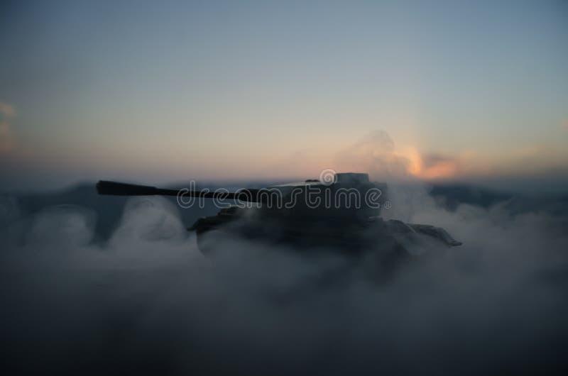 战争概念 与在战争雾天空背景,世界大战在多云地平线下的战士剪影的军事剪影场面战斗在 免版税库存照片