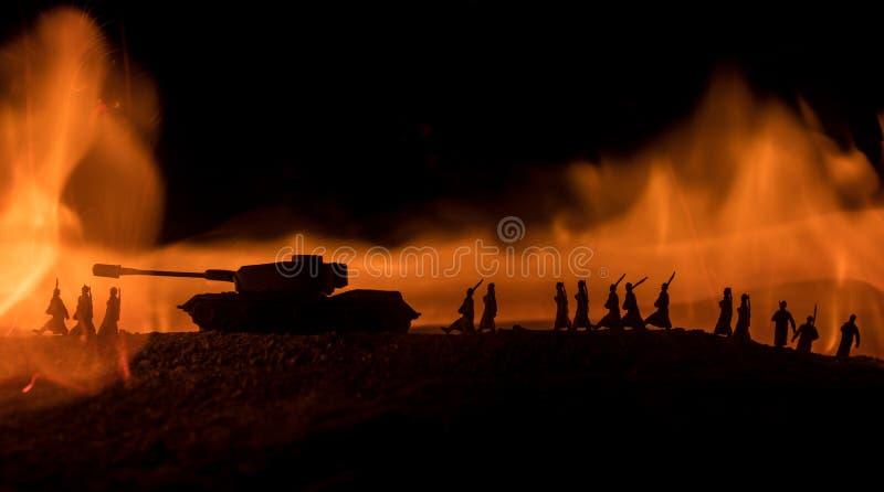 战争概念 与在战争雾天空背景,世界大战德国坦克的军事剪影场面战斗下面现出轮廓多云 免版税库存照片