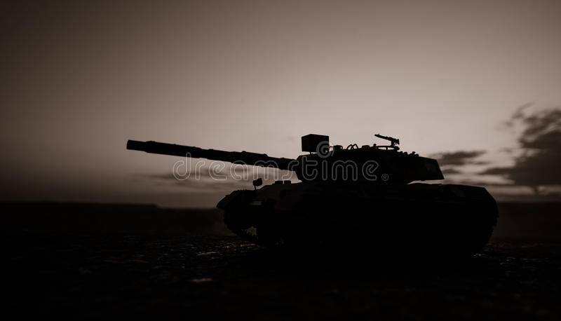战争概念 与在战争雾天空背景,在多云Skylin下的世界大战德国坦克剪影的军事剪影场面战斗 免版税库存照片