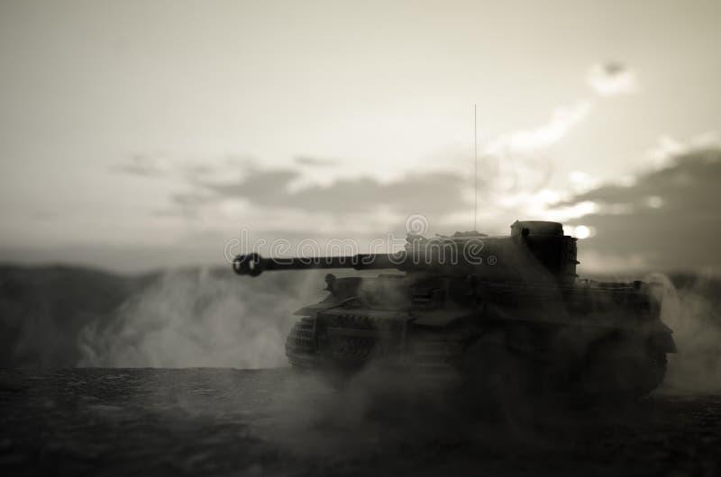 战争概念 与在战争雾天空背景,在多云Skylin下的世界大战德国坦克剪影的军事剪影场面战斗 图库摄影