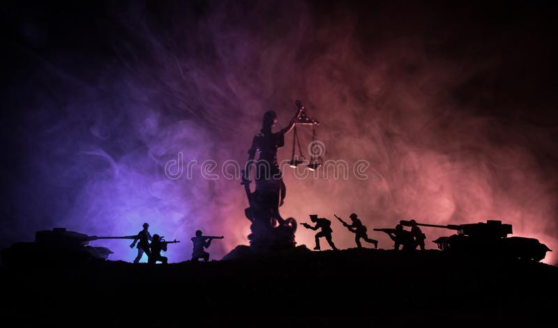 战争没有正义概念 与场面和正义战斗的雕象在黑暗的被定调子的有雾的背景的军事剪影 库存照片