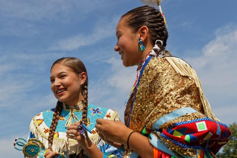 战俘Wow的两位微笑的妇女舞蹈家 库存照片