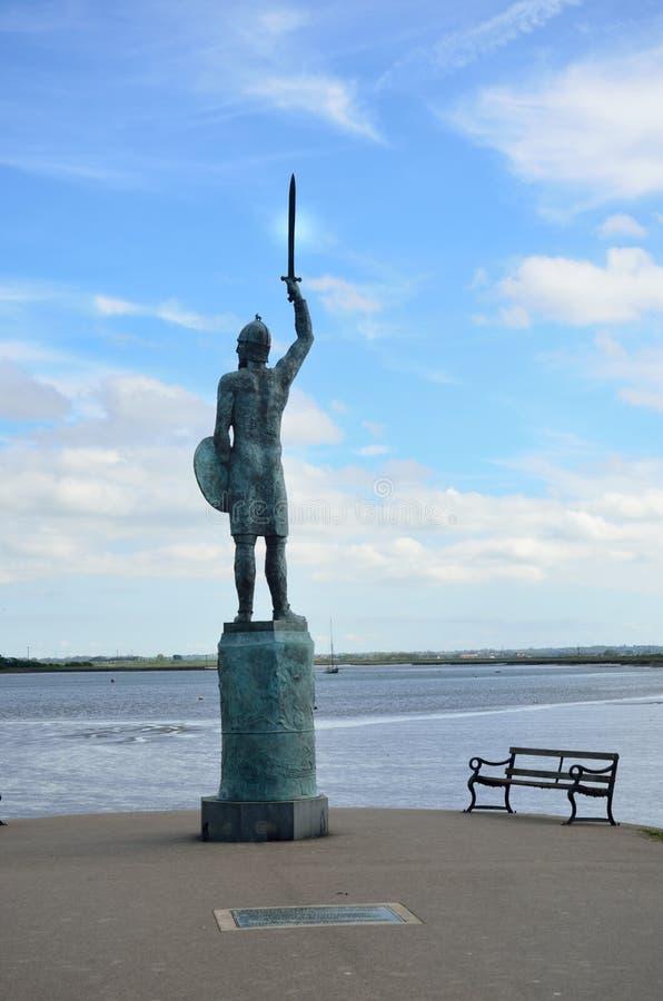 战士俯视的河雕象  免版税库存照片
