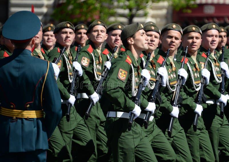 战士分开的卫兵动力化了步枪塞瓦斯托波尔旅团在红场的游行期间以纪念胜利天 免版税库存照片
