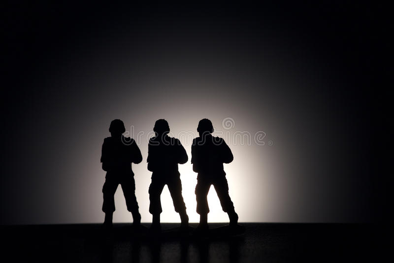 战士剪影黑暗的背景的 免版税库存图片