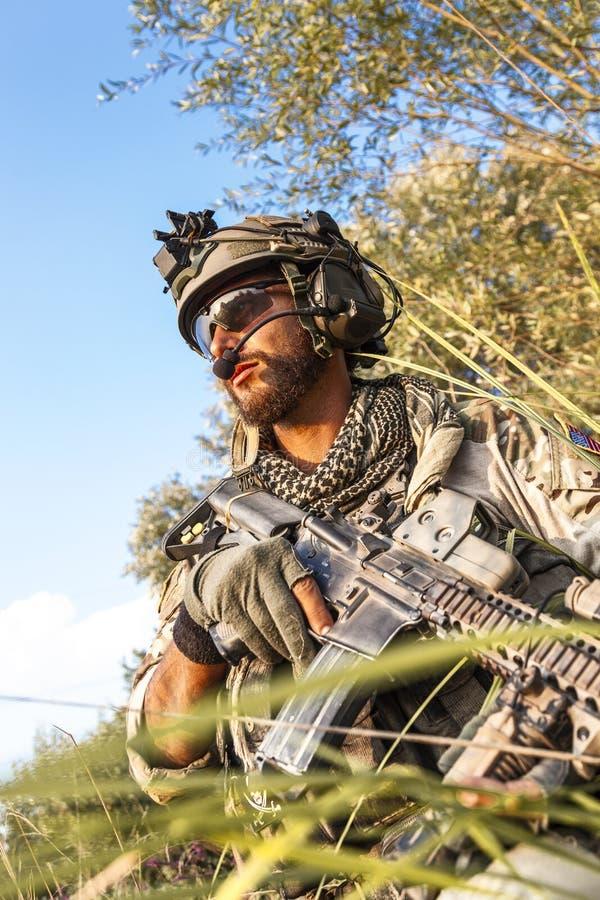 战士在日落的军事行动时 库存图片
