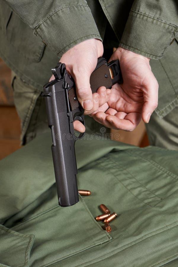 战士用弹药筒装载夹子入枪马驹 库存图片