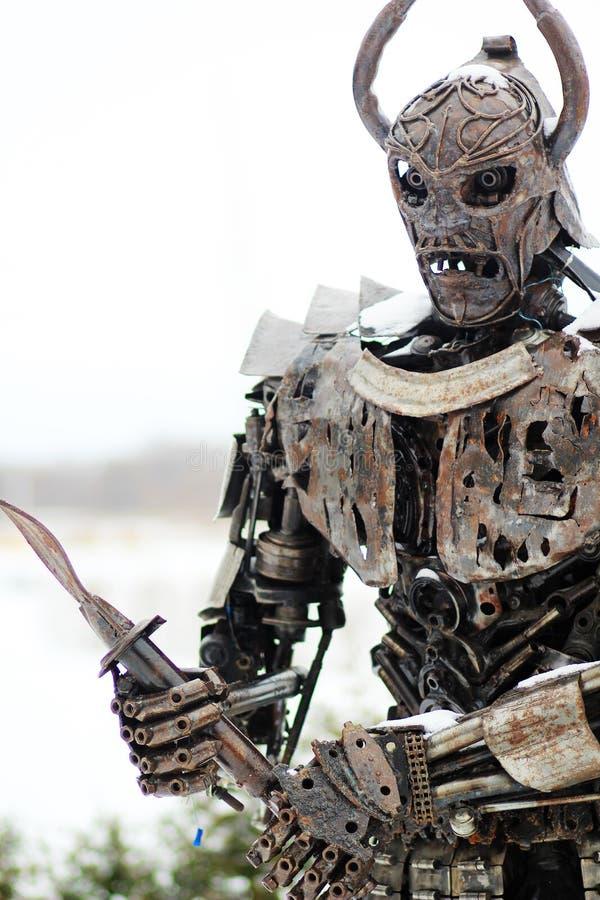 战士的雕塑由刮金属制成 免版税库存照片