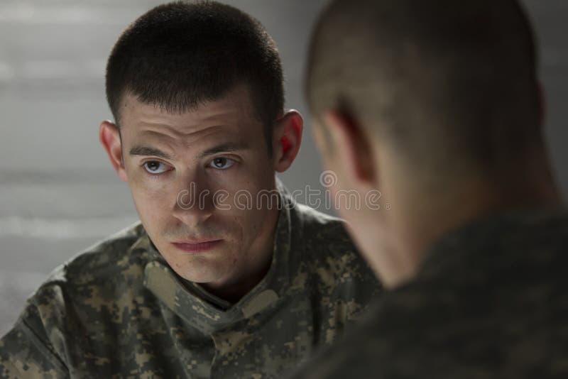 战士看起来微暗,当被慰问由同辈,水平时 库存图片