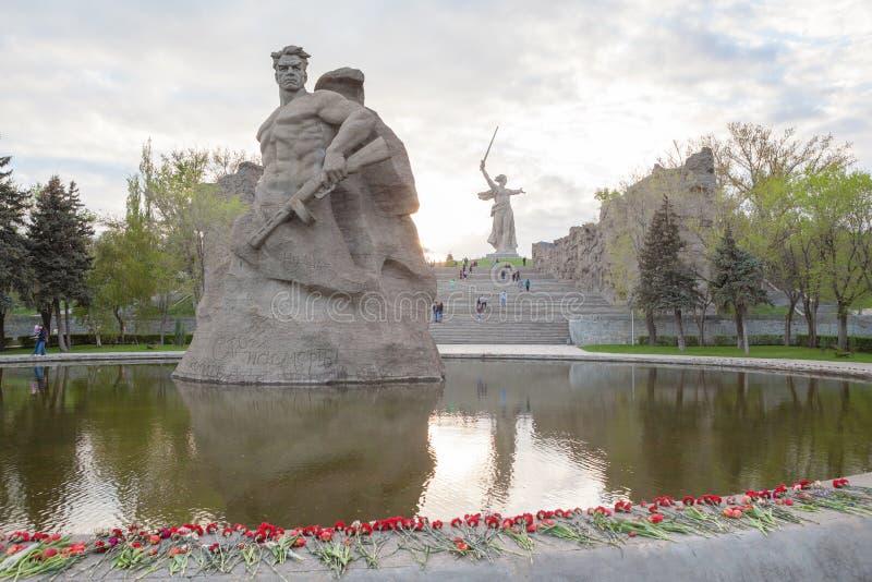 战士纪念碑和祖国电话纪念碑 免版税库存图片