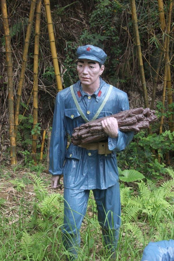 战士运载的木头的雕象在红军Parkï ¼ Œshenzhen,瓷的 免版税图库摄影