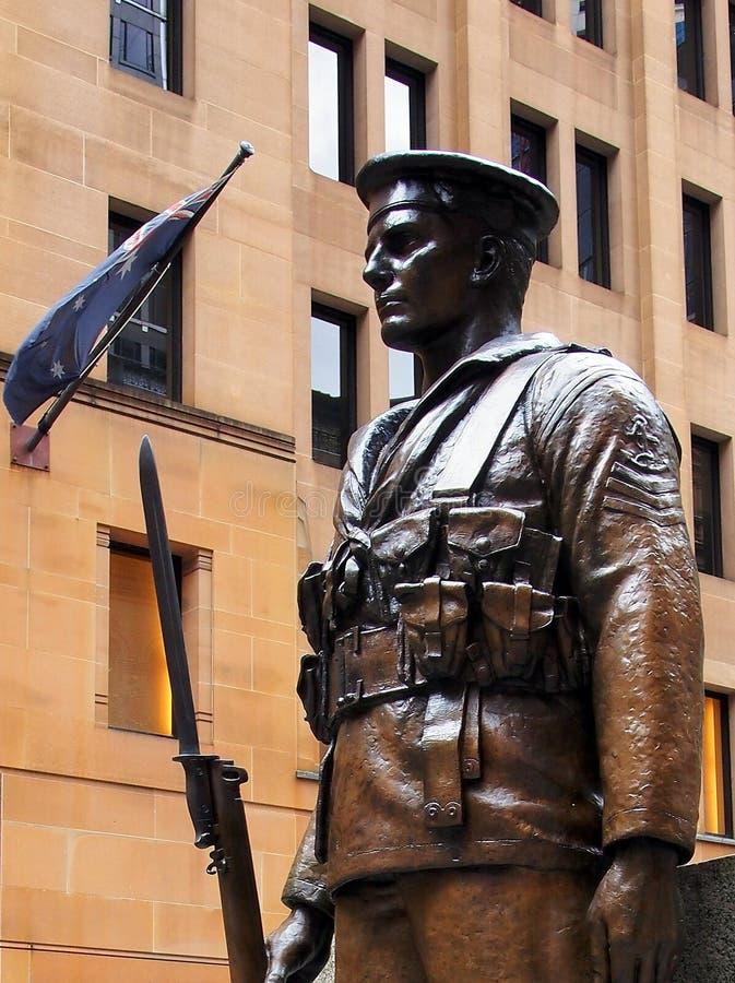 战士,悉尼纪念碑古铜色雕象  库存照片