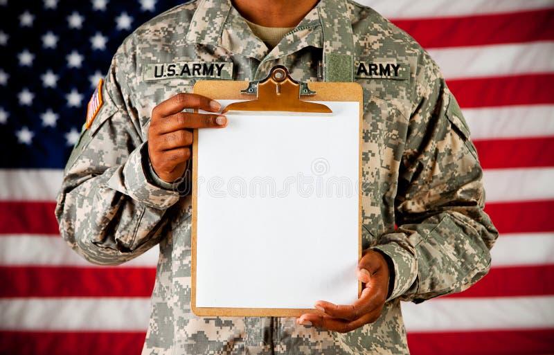 战士:拿着一张空白的剪贴板 图库摄影