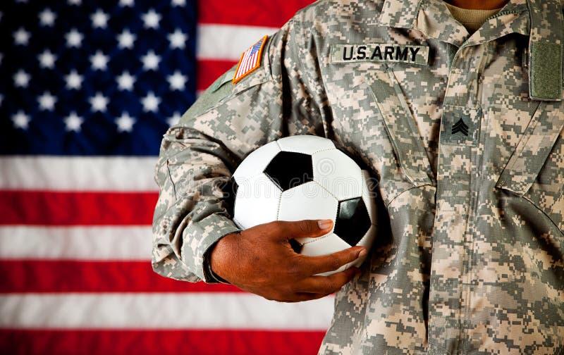 战士:拿着足球 免版税库存照片