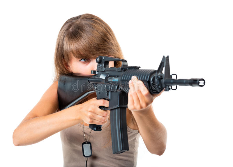 战士年轻美丽的女孩在与枪的伪装穿戴了 免版税库存照片