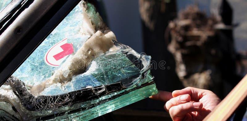 战士` s手拿着玻璃 装甲车医务人员 运输受伤的战士的溶解的装甲挡风玻璃汽车 库存照片