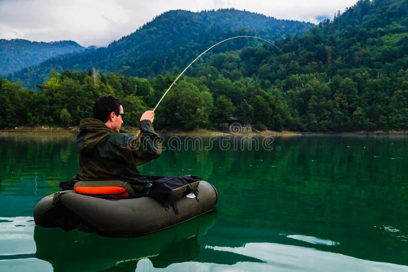 战斗与大鳟鱼,斯洛文尼亚的渔夫 免版税库存图片