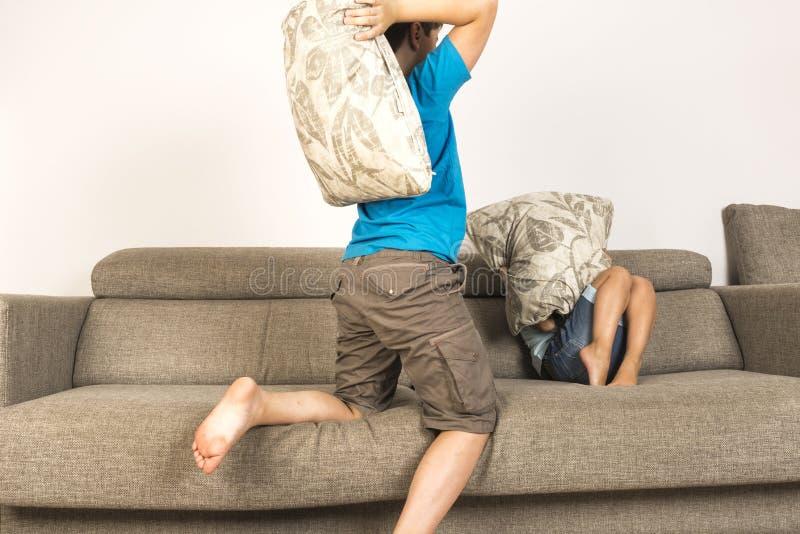 战斗与枕头一起的孩子 库存照片