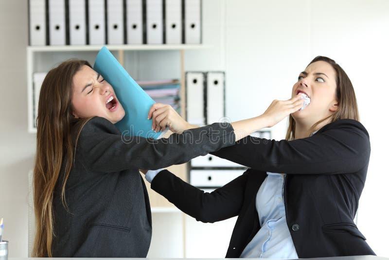 战斗在办公室的两个恼怒的董事 免版税库存图片