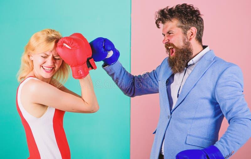 战斗在手套的女性和男性拳击手 控制权概念 性别争斗 性别平等权利 r ? 库存图片