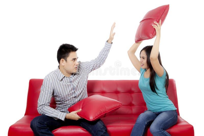 战斗在演播室的年轻夫妇 免版税库存图片