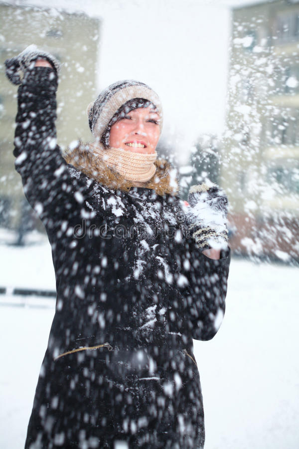 战斗女孩雪球年轻人 免版税库存图片