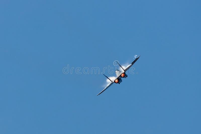 战斗机与加力燃烧室的喷气机定点飞越 清楚的天空 库存图片