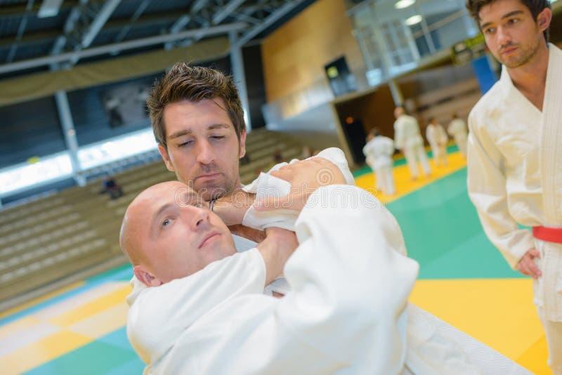 战斗机judoists战斗在柔道的竞争中 库存照片