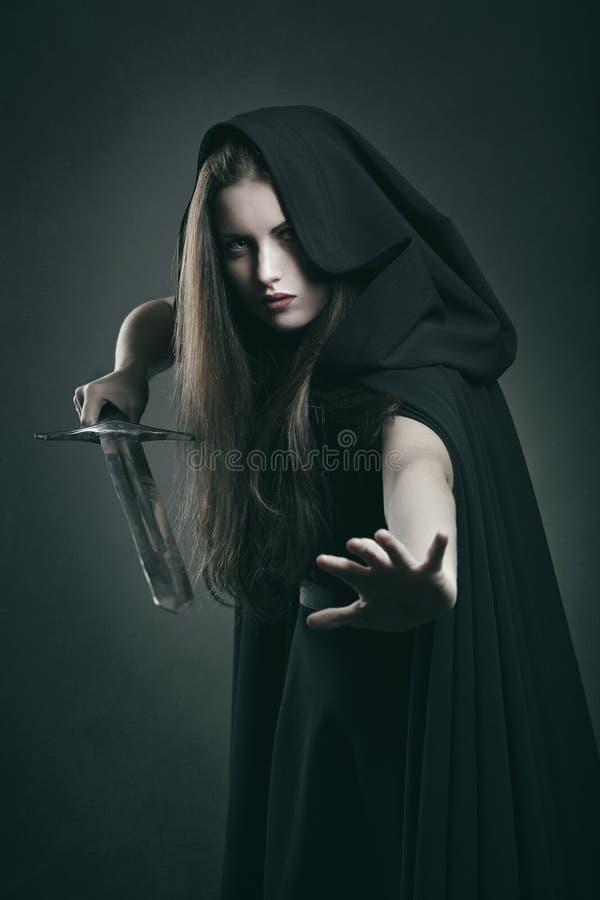 战斗的位置的美丽的黑暗的妇女 库存图片