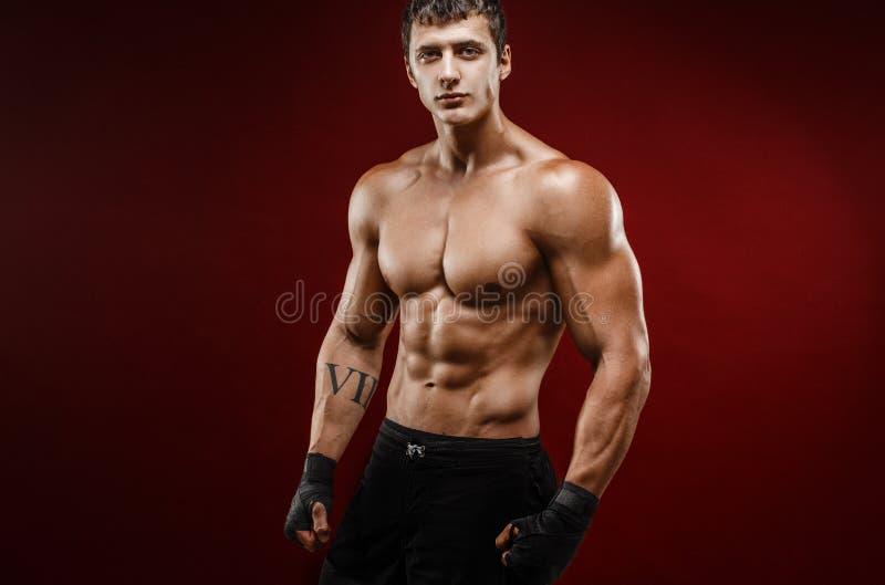 战斗的手套的英俊的露胸部的肌肉人 免版税库存图片