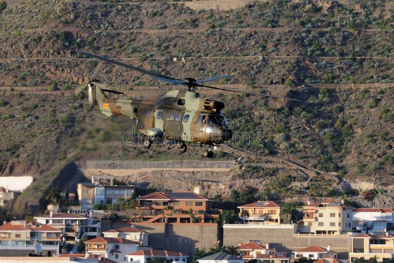 战斗直升机,飞行在城市 图库摄影