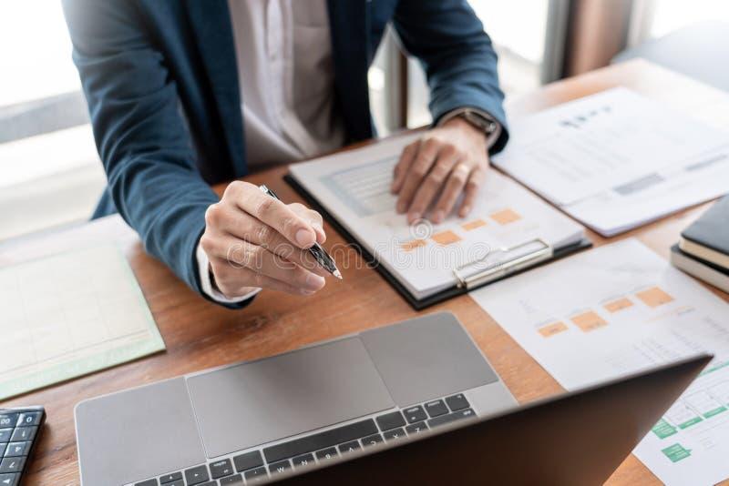 战略分析概念,工作财政经理的商人研究处理会计计算分析市场图表 免版税库存图片