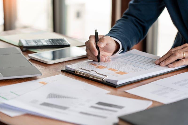 战略分析概念,工作财政经理的商人研究处理会计计算分析市场图表 库存图片