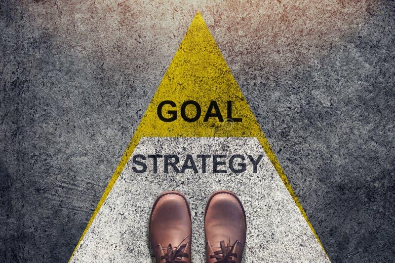 战略和目标概念,鞋子站立在三角水平形状 图库摄影
