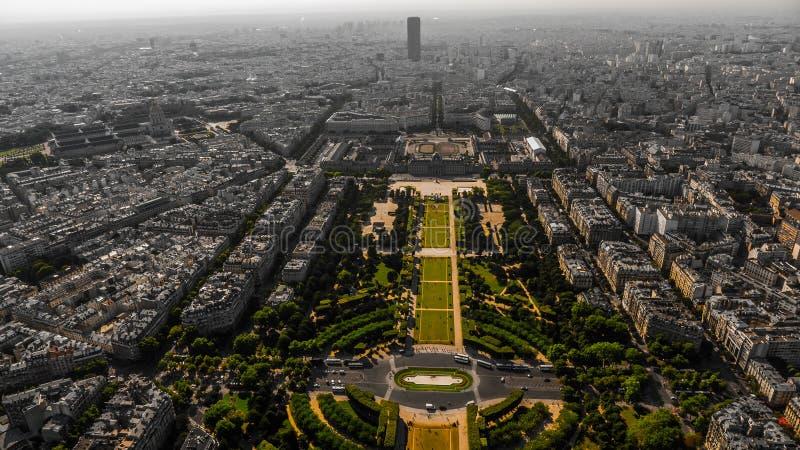 战神广场和巴黎区的看法从埃佛尔铁塔的在都市样式的灰色绿的口气 免版税库存照片