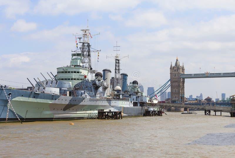 战舰在泰晤士河,伦敦,英国的HMS贝尔法斯特 库存照片