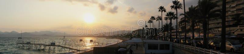 戛纳全景海滩,法国海滨的在日落期间-陆间海,法国,欧洲著名城市 免版税图库摄影