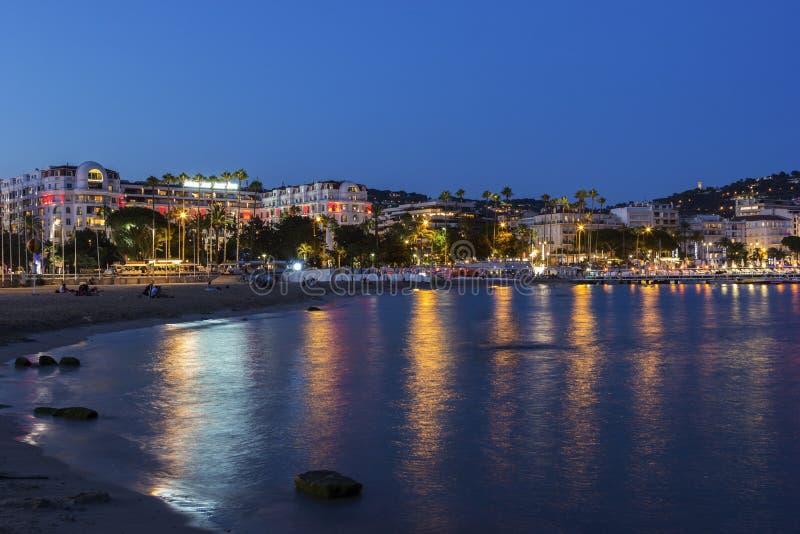 戛纳在法国在晚上 免版税库存照片