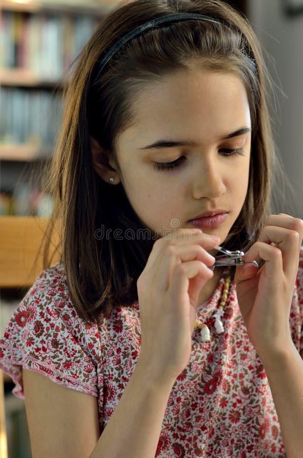 小女孩修指甲 免版税库存图片