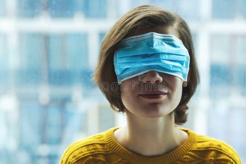 戴医用面具的女人 库存图片