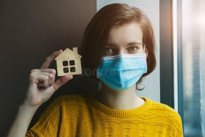 戴医用面具的女子抱模 免版税库存图片